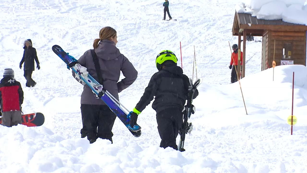 Skiers and snowboarders enjoy a day up at Snoqualmie Pass last March. (KOMO Photo)<p></p>