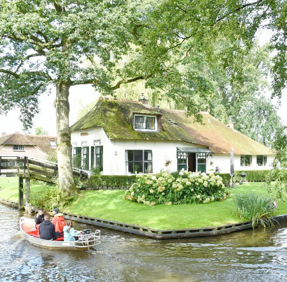 Image: IG user @diningtraveler / Post: Tot ziens, au revoir, arrivederci Europe! What a trip! One of the highlights was exploring Giethoorn, a beautiful town surrounded by water in @visit_holland There, you can rent a small boat and fawn over the beautiful homes and gardens of the area. A great day trip idea if you're visiting the kingdom. // Post: 8.31.2016