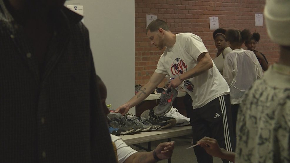 Eric Devendorf's generosity results in new shoes, haircuts for Syracuse youngsters