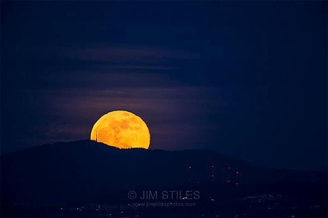 Moonrise over Tiger Mountain Shot from Kerry Park on Queen Anne Hill, Seattle, Washington (Photo: Jim Stiles)