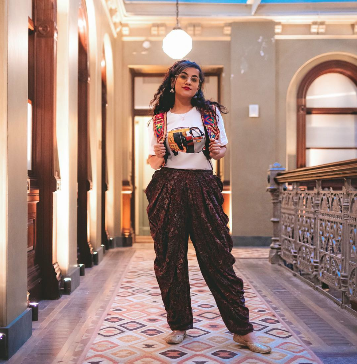 If you're not ready to ditch pants yet, these loose-fitting ones feel updated and chic. (Image via @ms.ahuha, Photo by{ }@_niharmakwana)