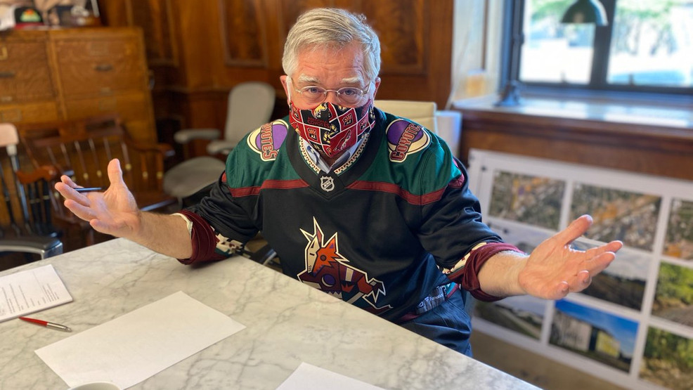 PHOTO: Mayor Cooper wears Coyotes mask, jersey after losing Preds playoff wager