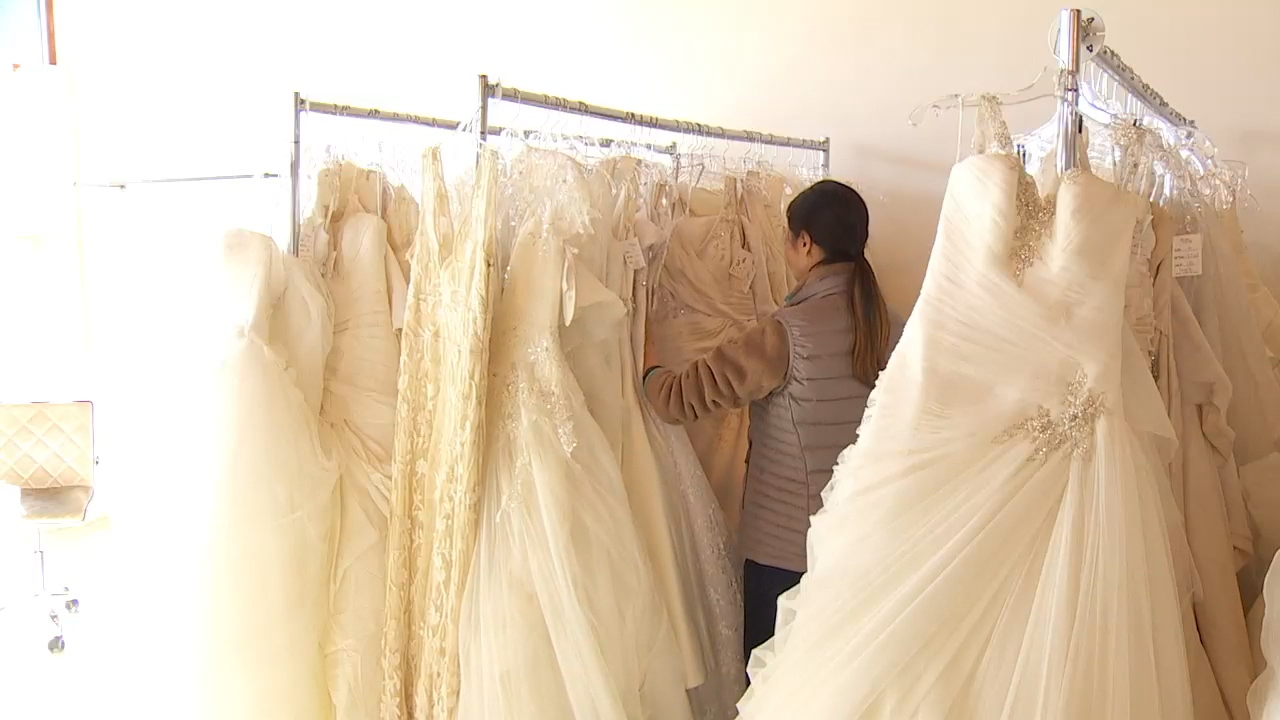 &quot;Operation Wedding Gown&quot; is giving military and first responder brides in Puget Sound a chance to take home a free wedding dress. Brides For a Cause in Tacoma is one of 60 stores nationwide participating in the national giveaway. Now through November 19, brides can register and pick out a gown at the local bridal salon. (Photo: KOMO News){&amp;nbsp;}<p></p>