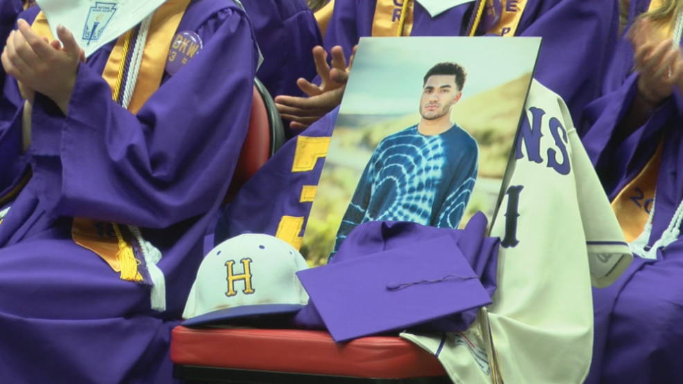 Hanford High graduation ceremony honors late classmate | KEPR