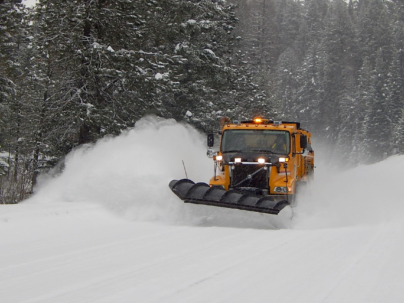 Snowplow on OR Highway 7 (Paul Kennington/CC by 2.0)