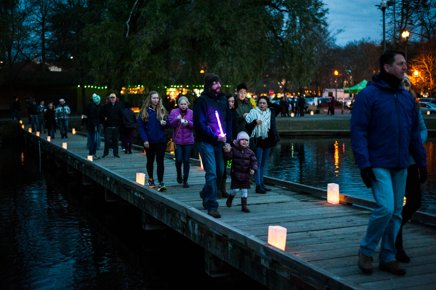 Pathway of Lights is an annual community event that got everyone in the spirit Saturday, Dec. 8 at Green Lake with thousands of twinkling candles, complimentary refreshments, live holiday music and hot air balloons (for the second year in a row)! Attendees were encouraged to bring non-perishable food items to benefit FamilyWorks, adding charitable giving to the evening's atmosphere. (Image: Elizabeth Crook / Seattle Refined)