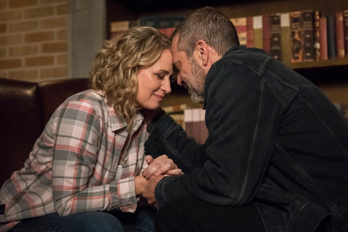 "Supernatural -- ""Lebanon"" -- Image Number: SN1413D_0028b.jpg -- Pictured (L-R): Samantha Smith as Mary Winchester and Jeffrey Dean Morgan as John Winchester -- Photo: Dean Buscher/The CW -- �© 2019 The CW Network, LLC. All Rights Reserved."