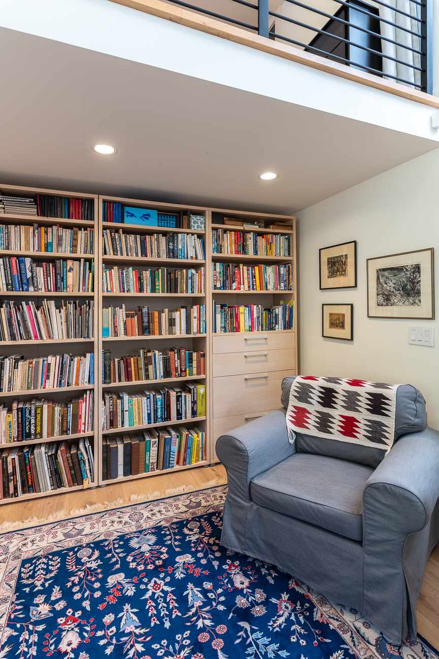 Beneath the loft are fully stocked bookshelves and a cozy reading area. / Image: Phil Armstrong // Published: 10.11.20